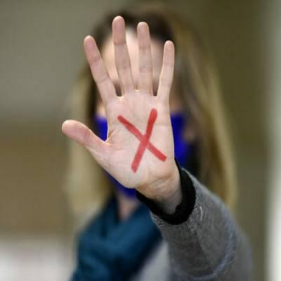 Sinal vermelho para a violência contra a mulher